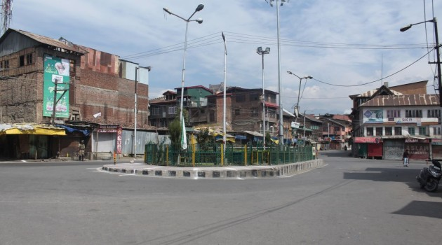 Srinagar witness strict restrictions, JRL condemns genocide of Kashmiri youth