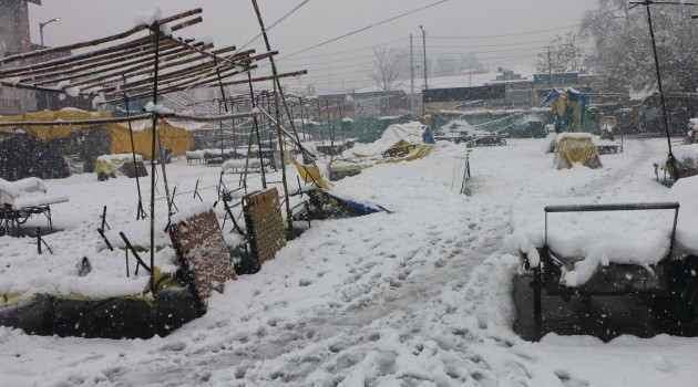Heavy snow in Kashmir, roads closed, flights cancelled
