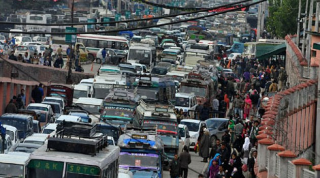 Soldiers halt traffic for half-an-hour outside Badamibagh road