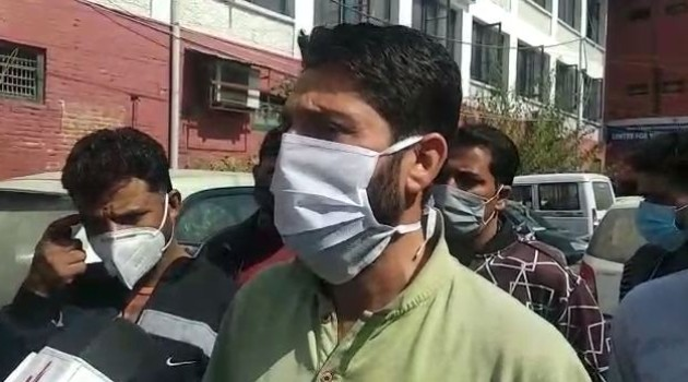 Protest in Srinagar: Corporator accused of demanding bribe for 'car parking' extension*