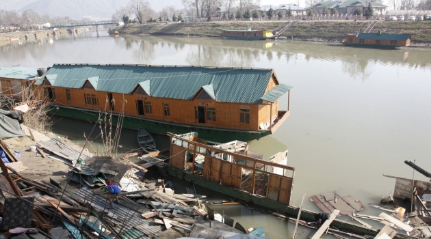 Family of four rendered homeless as houseboat sinks in Jhelum at Rajbagh